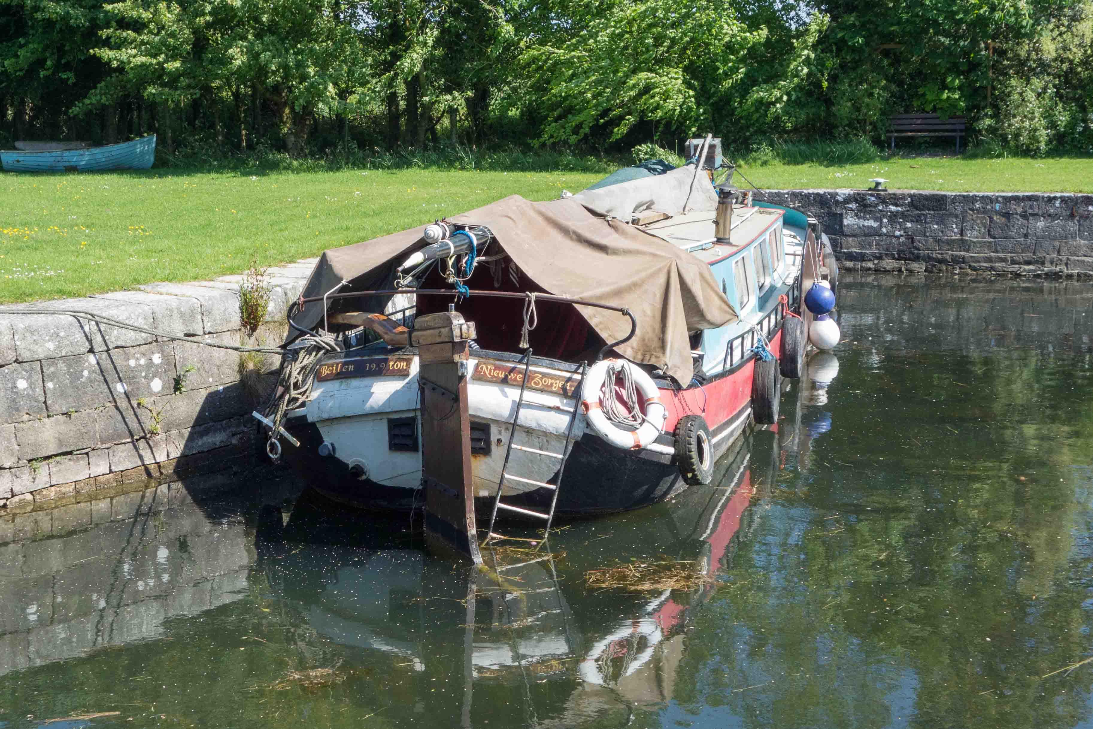 """Aangetroffen in het haventje van Coolnahay: de Nieuwe Zorgen uit Beilen. Zouden de zorgen zijn """" hoe krijg ik dit schip ooit weer hier vandaan?"""" Foto auteur."""