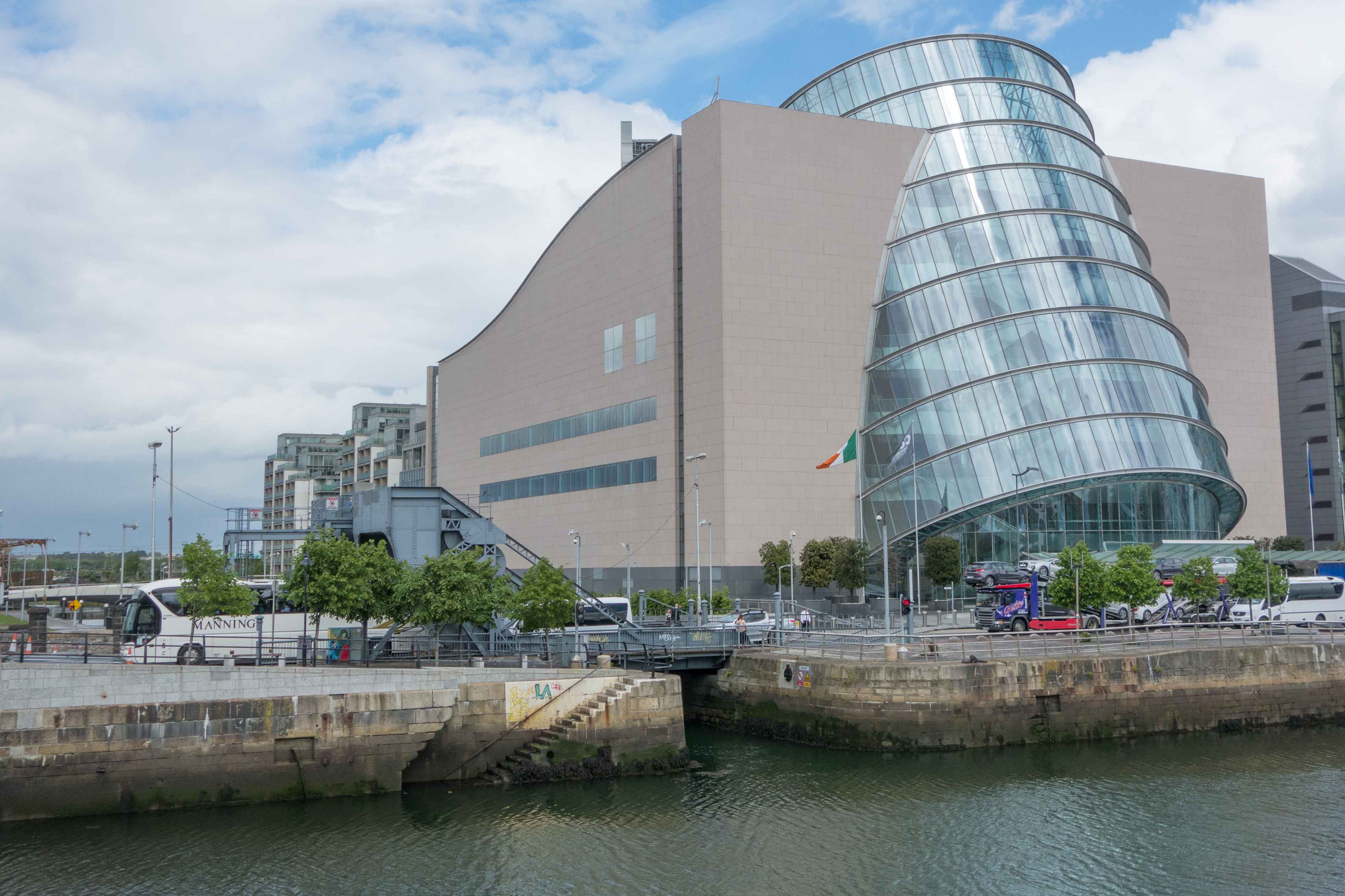 De invaart van het kanaal vanaf de Liffey in Dublin, die in het niet valt in het drukke centrum van Dublin. Over de invaart ligt de Scherzerbrug. Het gebouw rechts is het Convention Centre, een conferentiecentrum. Foto auteur
