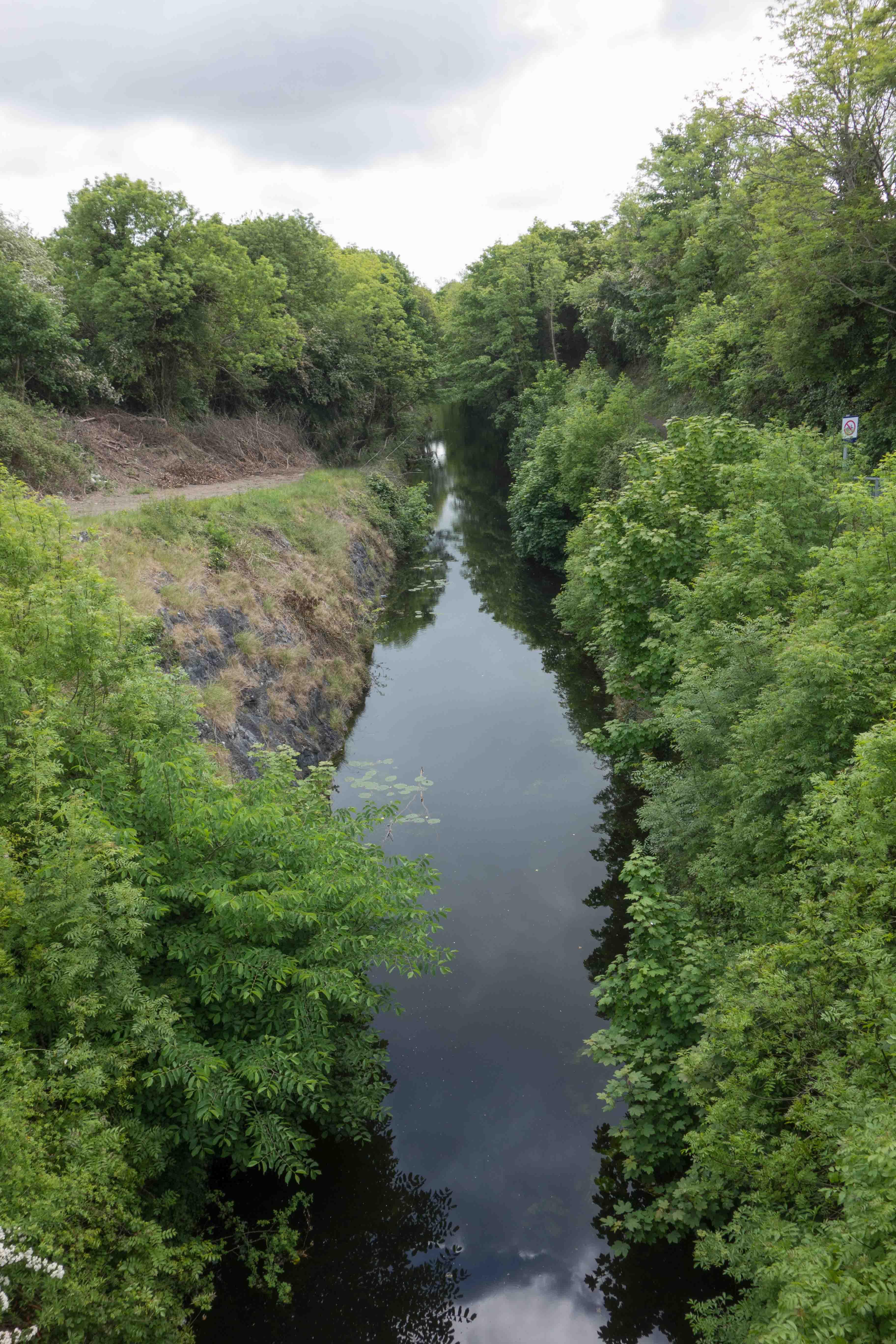 De Deep Sinking tussen Dublin en Maynooth. Het kanaal is hier door een heuvelrug van kalksteen gegraven. Het is een smalle en gevaarlijke passage. Op 25 november  1845 stootte de trekschuit naar Longford op een rotsblok. Het schip kapseisde en 16 passagiers verdronken. Foto auteur.