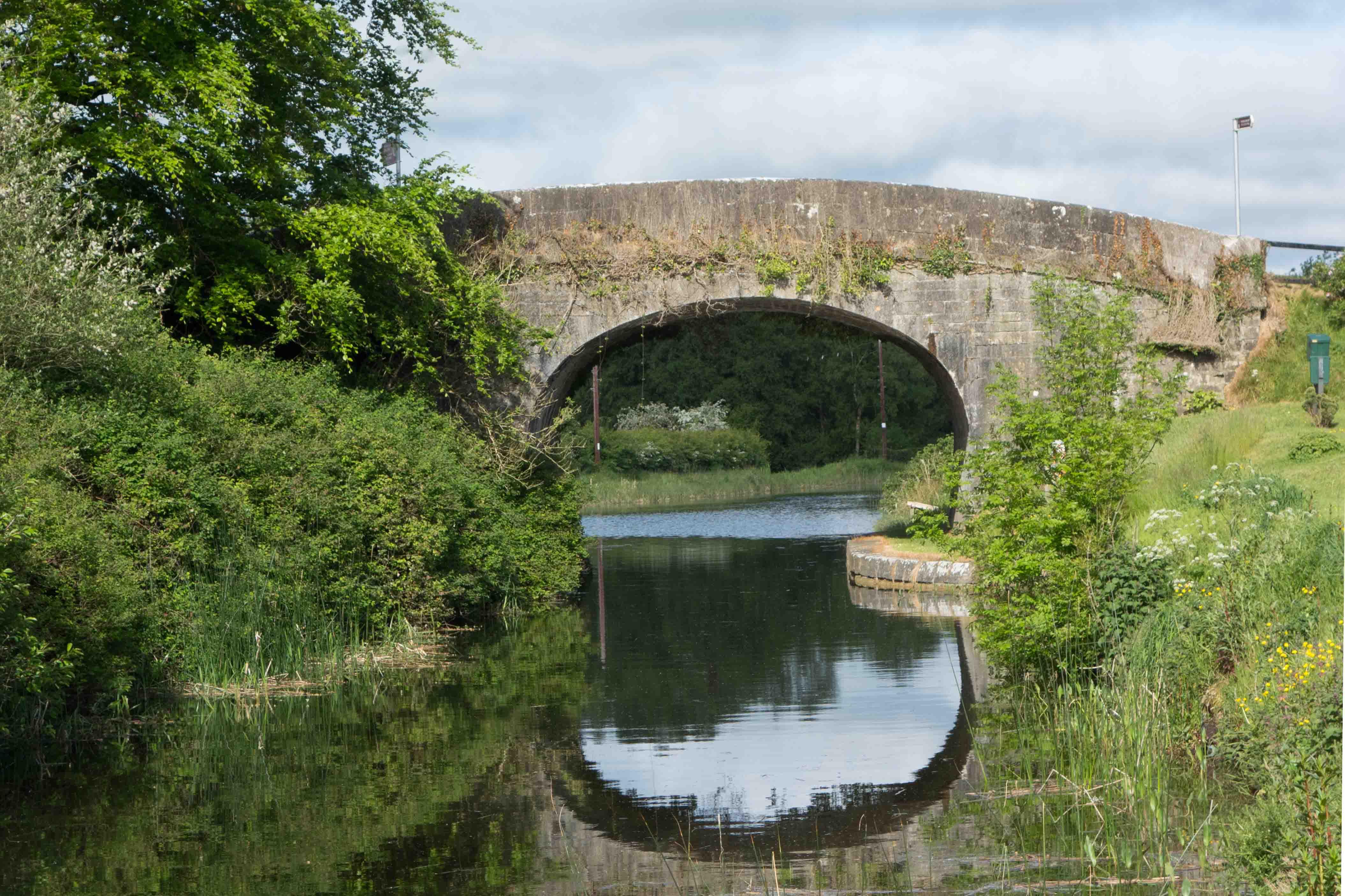 Een van de oorspronkelijke stenen boogbruggen. Ze hebben een doorvaarthoogte van 3 meter. Foto auteur.