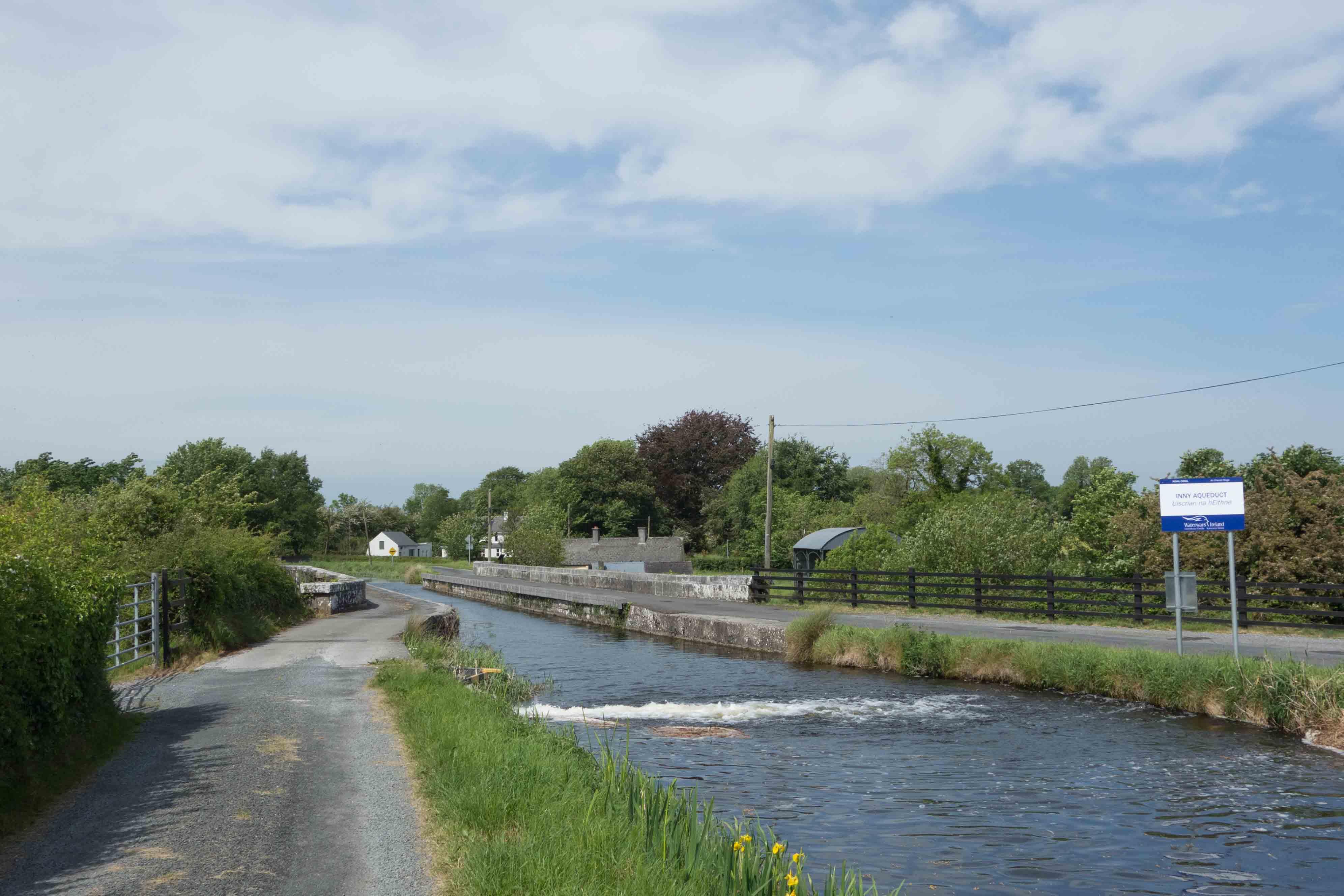 Aquaduct over het riviertje de Inny; van hieruit  wordt ook water in het kanaal gepompt. Foto auteur